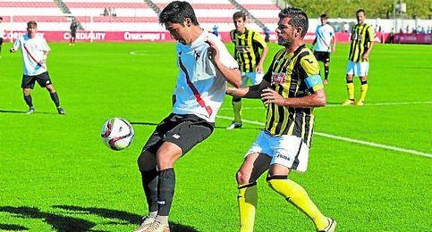 Borja Lasso es presionado por Baquero.