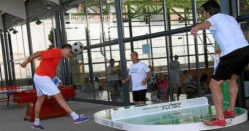 Dos jugadores practicando fútbol-pong