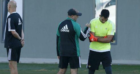 El entrenador del Betis, Pepe Mel, sigue sin poder contar con Antonio Ad�n.