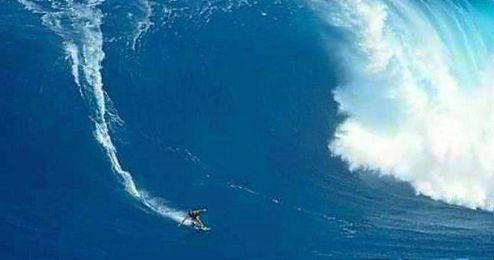 En la imagen, el surfista en plena ola samoana.