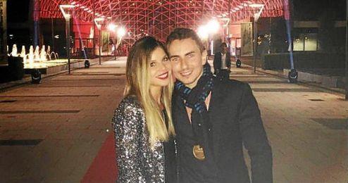Jorge Lorenzo acompañado de Nuria Tomás en la foto de Instagram.