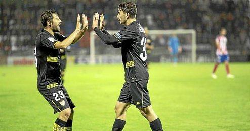 Coke felicita a Muñoz por su gol en Lugo.