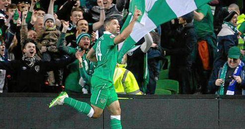 Dos goles de Walters clasifican a Irlanda.