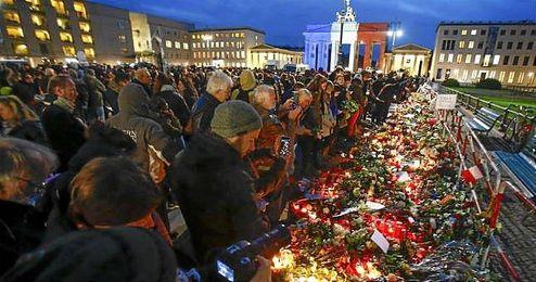 La población francesa rindiendo homenaje a las víctimas del atentado de París.