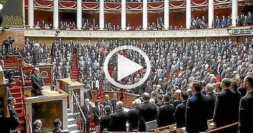 El Parlamento francés en pie cantando el himno nacional.º