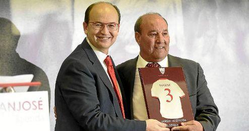 Jos� Castro entreg� el Dorsal de Leyenda a un emocionado Curro Sanjos�.