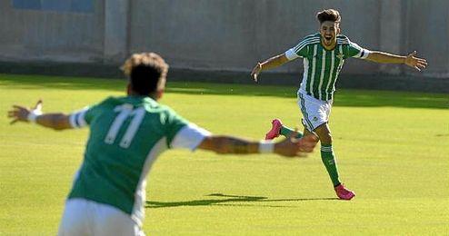 Rayco celebra su gol anotado ante el Granada B, tras asistencia de Abeledo (de espalda)