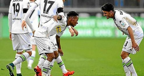 Ibrahima Traor� celebra el primer gol del Gladbach.