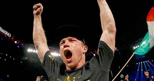 Canelo celebra su victoria sobre Cotto.