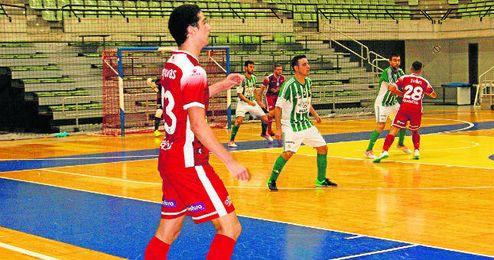 Piqueras, en primer plano, fue protagonista por sus goles en las dos porterías.