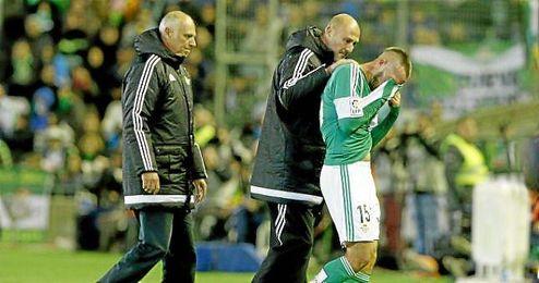 Momento en el que Digard sale lesionado del Benito Villamarín.