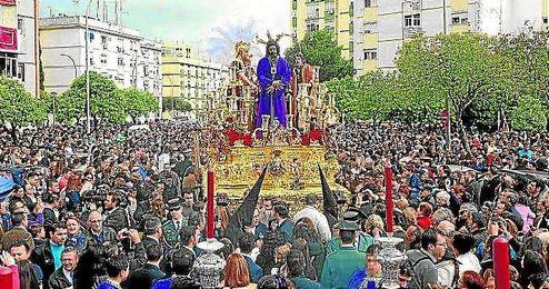Imagen del Cautivo de San Pablo, que lleva en su canastilla los símbolos del centenario sevillista y bético.