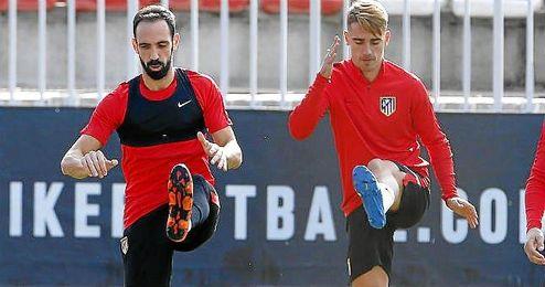 Juanfran junto a Griezmann en un entrenamiento.