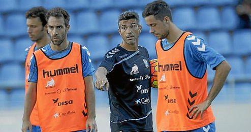 Pep Martí dirigiendo un entrenamiento del CD Tenerife.