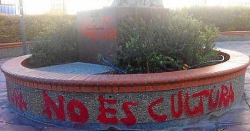 La escultura de Curro Romero ha amanecido con pintadas en color rojo.