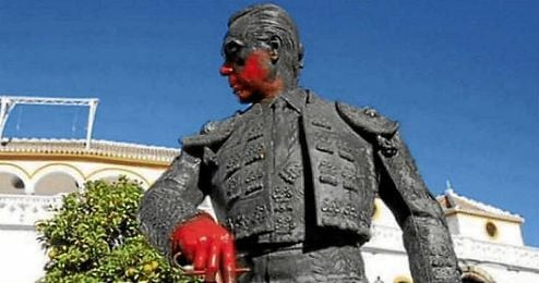 Así quedó la escultura de Curro Romero tras ser pintada.