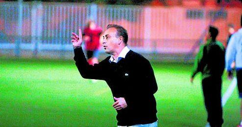 Carlos Conejero, dirigiéndose a sus hombres, durante un encuentro de Liga.
