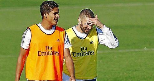 Benzema, en un entrenamiento del Real Madrid con Varane.