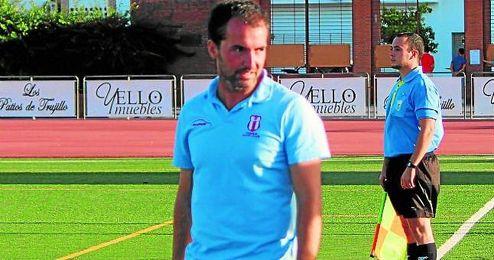 En la imagen, Miguel Centeno, entrenador del Osuna, durante un encuentro de Liga.