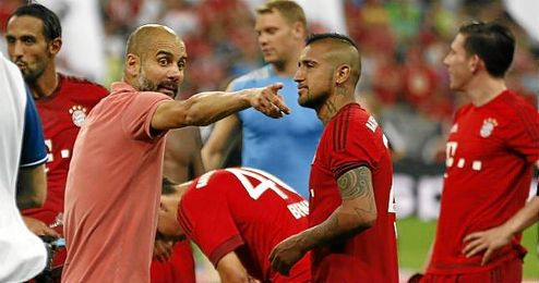 Pep Guardiola dando instrucciones a los jugadores del Bayern.
