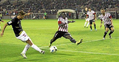 Coke centra en un lance del partido en Las Gaunas.