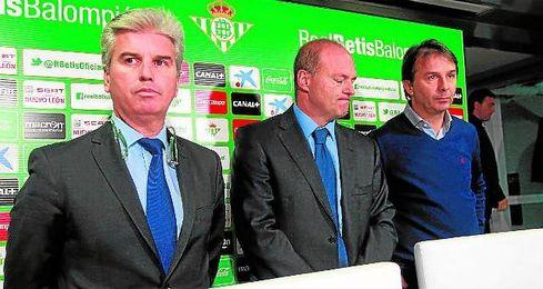 Miguel Guillén anuncia la destitución de Pepe Mel como entrenador verdiblanco.