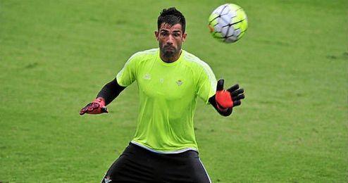 Antonio Adán durante un entrenamiento con el Betis.