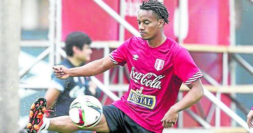 André Carrillo, con Perú, donde sí puede jugar.