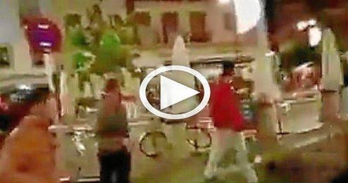 (Vídeo) Pelea entre seguidores de Sevilla y Betis en pleno centro