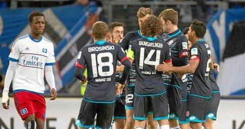 El Mains 05 celebra con Jairo uno de sus dos goles.