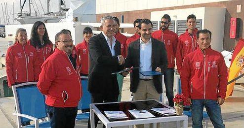 Eduardo Dolón, diputado de Promoción Turística de Alicante, y Gerardo Rodríguez Boj, en nombre de la Federación.