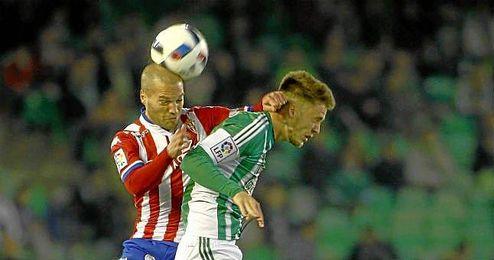 Ricky Van Wolfswinkel pugnanod por un balón aéreo en el partido ante el Sporting.