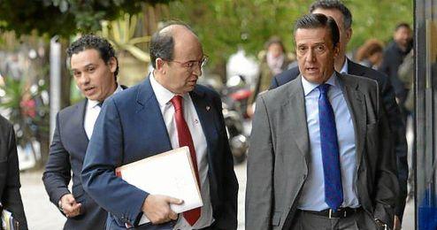 Castro llegó a la Junta de Accionistas del Sevilla acompañado por Del Nido Carrasco y José María Cruz.