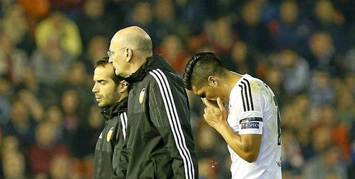 Enzo Pérez se retira lesionado.
