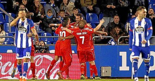 Los jugadores del Sevilla celebrando el gol de Iborra en Riazor.