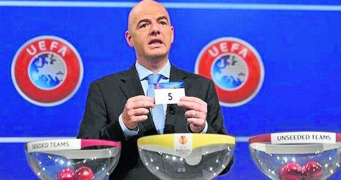 Gianni Infantino, secretario general de la UEFA, dirigirá el sorteo.