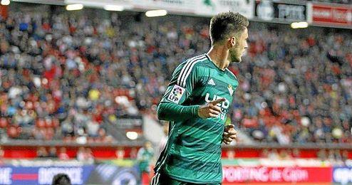 El holandés anotó dos de los tres goles verdiblancos en El Molinón.