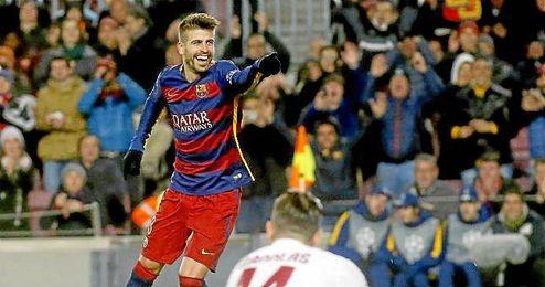 Gerard Piqué defendiendo la camiseta del FC Barcelona.