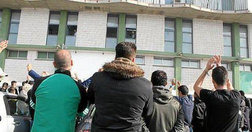 Aficionados béticos animan a los jugadores desde las puertas de las oficinas del club.