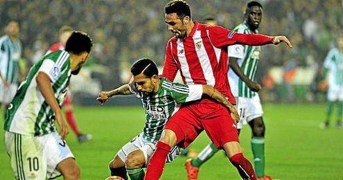 Iborra y Petros pugnan por un balón en un lance del partido.