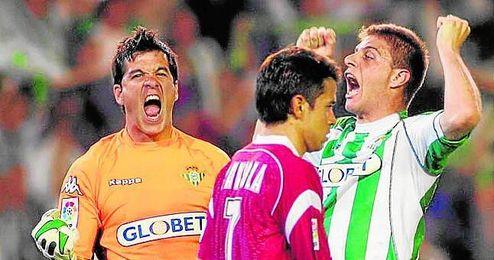 Joaquín y Contreras celebran ante Saviola la última victoria bética en su campo en un derbi.