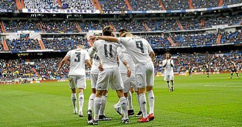 Los jugadores blancos celebran uno de los goles en el Bernabéu.
