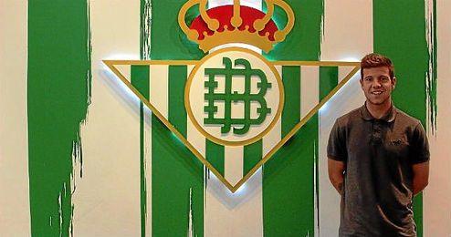 Aitor Rubial posa como nuevo jugador del Betis B.