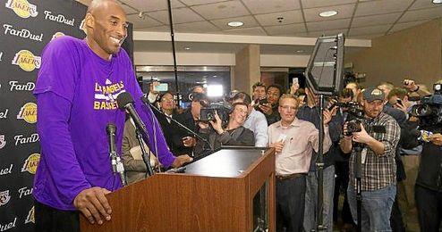 Kobe Bryant atendiendo a los medios de comunicación.