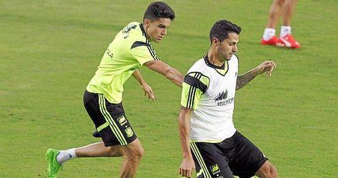 Bartra persigue al sevillista Vitolo en un entrenamiento de Espa�a