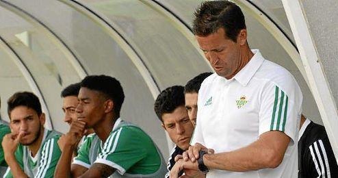 Juan Merino, entrenador del Betis B, momentos antes de iniciar un encuentro