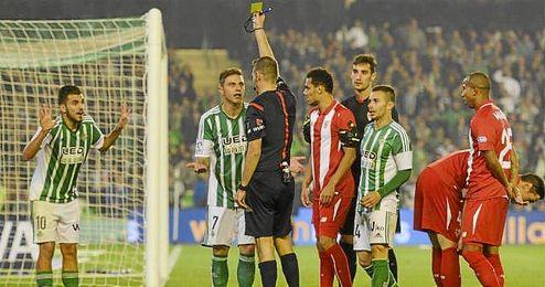 Joaquín protesta por la amarilla que vio Ceballos en el derbi.