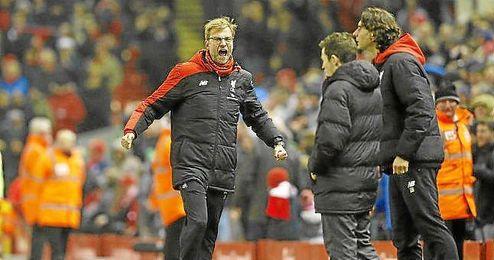 Klopp protesta en un partido del Liverpool.