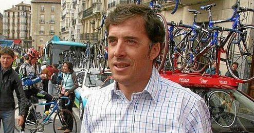 """El exciclista ´Perico´ Delgado habló con los medios tras participar en la tradicional """"Carrera del pavo""""."""