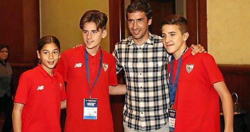 Los jugadores sevillistas se fotografian con Raúl González, invitado a la cena de anoche.